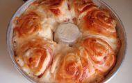 Lua de Mel é um pãozinho fofinho, recheado com creme e coberto com uma calda e coco ralado. Ele é um sucesso absoluto nas melhores padarias e confeitarias