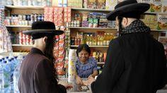 """""""... los Lev Tahor, una comunidad fundada en 1980 por el israelí Shlomo Helbrans para practicar una forma austera de judaísmo. Y habían llegado a la población guatemalteca buscando lo que describían como libertad religiosa. [...] el consejo de ancianos de San Juan afirma que decidieron expulsarlos porque el grupo rechazaba a los pobladores locales, rehusándose a saludar, mezclarse e incluso hablar con los habitantes...""""."""
