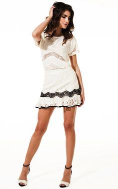 Lookbook Raizz Primavera-Verão 14 - Blusa off-white com recortes em renda  transparente. Saia rendada off-white, com aplicação  de renda preta na barra