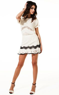 Vestido off white com renda preta