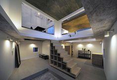 [House T for a couple, 2012] 夫婦のアトリエも兼ねた、東京の都心の住宅街の中に建つ住宅である。