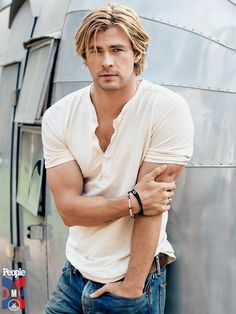 Looking to replicate an iconic Chris Hemsworth haircut? Do you want the short or long Thor look or another one altogether? Chris Hemsworth Thor, Nate Gossip Girl, Hemsworth Brothers, Christian Bale, Chris Pine, Chris Pratt, People Magazine, Boy Hairstyles, Good Looking Men