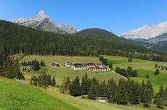 Hotel Neubergerhof in Filzmoos im Sommer Golf Courses, Mountains, Nature, Travel, Summer Vacations, Horseback Riding, Naturaleza, Trips, Traveling