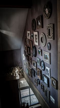 Day Cool picture wall above the stairs! Gray Interior, Interior Design Living Room, Interior Decorating, Interiores Design, Rustic Style, Nepal, Sweet Home, Gallery Wall, Wall Decor