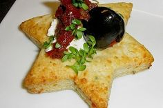 Cooking Style Gourmet: Parmesan star with tomatoes and olives, a tasty recipe from the category . Vegan Appetizers, Appetizer Dips, Appetizers For Party, Appetizer Recipes, Toothpick Appetizers, Party Finger Foods, Snacks Für Party, Veggie Recipes, Gourmet