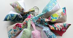 Keychains with lavender sachet (its in I think Spanish but I just did the translation button on my computer to get the instructions looks pretty simple) Sewing Tutorials, Sewing Crafts, Sewing Projects, Sewing Patterns, Keychain Design, Diy Keychain, Keychains, Liberty Of London Fabric, Liberty Fabric