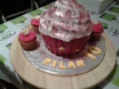 Tarta cupcake gigante #tartafondant #cupcake #tartadecorada #tarta cupcake#sevillahoy #sevilla @cakeandfun