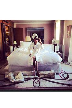 Stylistin Giovanna Battaglia verabschiedet sich von dem Modemonat mit einem Spiegel-Selfie aus ihrem Pariser Hotel (@bat_gio)