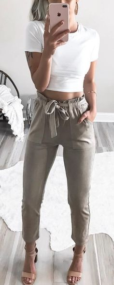 Idée et inspiration look d'été tendance 2017   Image   Description   #summer #outfits  White Crop Tee + Olive Pants + Nude Sandals
