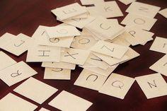 Ik heb een nieuw spel gemaakt om de letters mee te leren. Afhankelijk van het niveau van de kinderen leg je letters op de kop neer op tafel. Daarnaast liggen er ook kaartjes waarop een meisje is afgebeeld die aan het springen is. Om de beurt mag een leerling een kaartje kiezen. Wanneer het een letter is dan vertelt hij hoe de letter heet en verzint eventueel een woord met die letter. Het kaartje mag het kind vasthouden.
