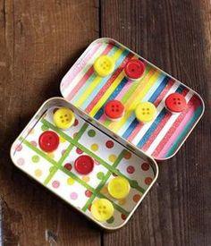 Une boîte en fer, la décorer et y coller des bandes pour former 9 cases. 5 boutons jaunes, 5 boutons rouges et voilà un jeu de morpion pour 2 joueurs.