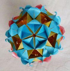 """Kusudama HANAMI SAKURA realizado por Erika Karnauchovas retirado os diagramas do Livro"""" Origami em FLOR, de Flaviane Koti e Vera Young."""