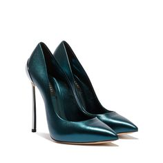 843f24b85b The iconic Casadei décolleté rediscovers its rock and contemporary spirit  thanks to the laminated leather that