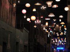 Atene, i lampadari di casa illuminano le strade
