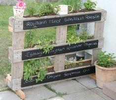 une jardinière en palette plantée avec des plantes aromatiques, idée créative avec palette en bois