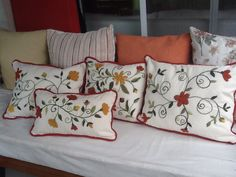 Almohadones Ines Etcheberry bordados Mexican Embroidery, Embroidery Motifs, Silk Ribbon Embroidery, Embroidery Designs, Floral Throw Pillows, Linen Pillows, Couch Pillows, Couch Pillow Covers, Wool Thread