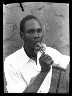 Seydou Keita, self-taught portrait photographer from Bamako known for his portraits of people from Mali. African History, African Art, Seydou Keita, Nan Goldin, Portrait Photographers, Portraits, Moma, Versailles, Belle Photo