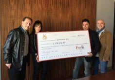 El viernes pasado Luis Martín Sordo y Juan Salvador Martínez hicieron la entrega oficial a Kadima AC del cheque con su parte proporcional de los fondos recaudados en la Subasta Fredo 2013.