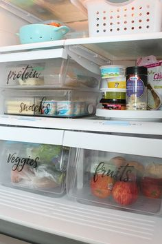 8 Clever Refrigerator Organizing Ideas- Hacks to Gain Fridge Space! You don't need a bigger fridge, you just need to reorganize the one you have! Check out these clever refrigerator organizing ideas and gain fridge space! Best Refrigerator, Refrigerator Organization, Bathroom Organization, Organization Hacks, Organized Fridge, Fridge Storage, Household Organization, Organizing Labels, Organizing Your Home