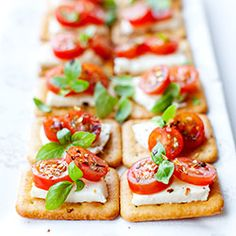 Mini sandwiches on crackers with mozzarella and tomatoes - Kalte Platten, Mini Sandwiches, Savory Snacks, Healthy Snacks, Easy Food Art, Tapas, Crackers Appetizers, Food Platters, Finger Foods, Food Inspiration