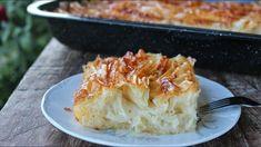 Η Συνταγή είναι από το κανάλι Pastry Designs Υλικά Για το σιρόπι: 780 γρ. νερό 600 γρ. ζάχαρη 1 κ.γ. λεμόνι Για την πίτα: 500 γρ. φύλλο κρούστας 4 αυγά 200 γρ. ζάχαρη 2 κ.γ. μπέικιν πάουντερ 2 βανιλίνες 250 γρ. στραγγιστό γιαούρτι ΕΚΤΕΛΕΣΗ Σε ένα κατσαρολάκι ρίχνουμε 780 Greek Sweets, Greek Desserts, Greek Recipes, Pastry Design, Greek Cooking, Happy Foods, Few Ingredients, Macaroni And Cheese, Deserts