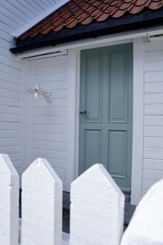 Beautiful green door in #flekkefjord #hollenderbyen @monatersdal