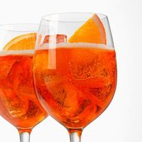 This Aperol Spritz recipe that never fails. How to make an Aperol Spritz in 4 simple steps. Italian Cocktails, Easy Cocktails, Cocktail Drinks, Cocktail Recipes, Vodka Cocktails, Cocktail Parties, Summer Drinks, Fun Drinks, Alcoholic Drinks