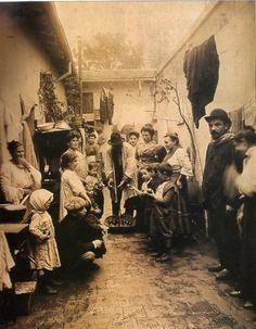 Argentina Antigua Patio de conventillo en 1914: hombres y niños de distintas nacionalidades convivian en edificios en condiciones muy precarias.