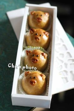 Piggy mooncakes. So cute.