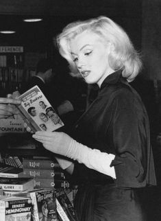 View Marilyn Monroe in a Bookstore, Sunset Boulevard By ; Old Hollywood, Hollywood Glamour, Hollywood Actresses, Classic Hollywood, Hollywood Celebrities, Estilo Marilyn Monroe, Marilyn Monroe Fotos, Sunset Boulevard, Divas