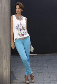 Camiseta tirantes blanca con estampado floral + pantalon recto azul claro #Mujer #Massana #Spring #Summer #MassanaOutwear