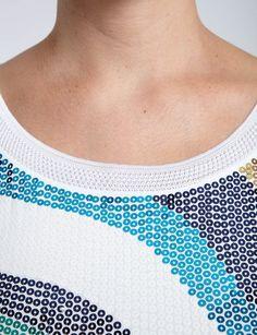 T-shirt coupe droite<br/>Col arrondi liseré uni<br/>Manches courtes<br/>Motif vagues en sequins multicolores<br/>Tissu maille fine coloris uniCRLF Nom : 161-DORAL.N