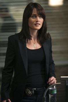 Robin Tunney is my celebrity style icon. I get a lot of my personal fashion inspiration from her character on the Mentalist, Agent Theresa Lisbon, both office and casual.