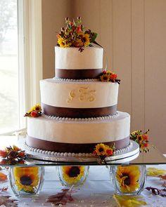 10 ideas para pastel de bodas en otoño: Hermoso pastel de bodas otoñal decorado con flores de temporada.