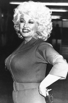 American country-western singing star Dolly Parton is greeted by fans as she returned to the Dominion Theatre in London on Tuesday, March 1983 Dolly Parton Young, Dolly Parton Pictures, Monster Energy Girls, Voluptuous Women, Sophia Loren, Hello Dolly, Cinema, Gal Gadot, Female Singers