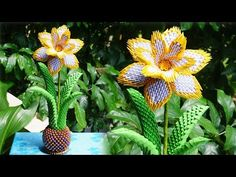 origami flower tutorial step by step . This is a video tutorial about how to make origami rainbow flo. Origami Design, 3d Origami Vase, 3d Origami Swan, Paper Crafts Origami, Origami Flowers Tutorial, Flower Tutorial, Vase Transparent, Big Vases, Large Vases