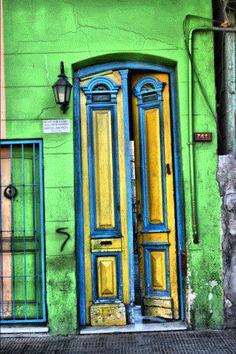 """""""Puertas del Barrio de La Boca"""". Créditos de la imagen: https://www.flickr.com/photos/fernandorey/2591399813"""
