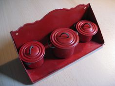 For a larger dolls kitchen: Antique tin rack with 3 cans pans ... ca. 1920-30!