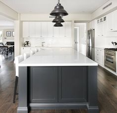 Hamptons style home interiors in 2019 hamptons kitchen, hamptons style home Hamptons Style Homes, The Hamptons, Hamptons Decor, Shaker Style Kitchens, Home Kitchens, Modern Shaker Kitchen, Dark Kitchens, Estilo Hampton, Layout Design