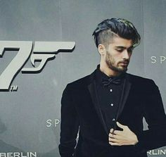 a model? yes im positive Zayn Malik Style, Zayn Malik Photos, Boys Long Hairstyles, Cool Hairstyles, Zayn Album, Medium Hair Styles, Long Hair Styles, Guy Hair, Zayn Mailk