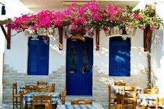 Fachada de um restaurante na Grécia