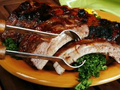 Las costillas a la BBQ son un plato típico en Estados Unidos, y una receta que por lo general gusta mucho a amigos, novios y esposos. Si tienes a alguien en casa que quieras consentir, te dejamos esta forma sencilla de preparar costillitas de cerdo o res a la BBQ.   Ingredientes