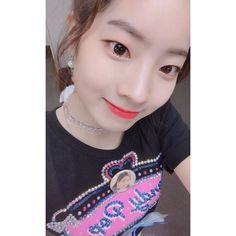 (*) Twitter Nayeon, Kpop Girl Groups, Korean Girl Groups, Kpop Girls, K Pop, Divas, Head Angles, Sana Momo, Twice Dahyun