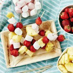 Mikä maistuisi kesäisellä piknikillä paremmalta, kuin tuoreesta ananaksesta, mansikoista ja vaahtokarkeista tehdyt vartaat? Resepti vain noin 0,30 €/annos*.