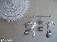Découvrez Mobile bébé hiboux gris/argenté  sur alittleMarket