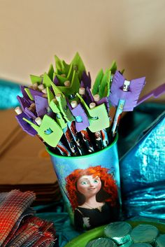 pencils (from valentine boxes) with foam arrow feathers : Brave Merida pencil arrows. I found these pencils in the valentines boxes. I cut the feathers from regular foam sheets and slipped them on the end of the pencils. Hunting Birthday, Cowboy Birthday, 4th Birthday Parties, Birthday Party Decorations, Brave Birthday Cakes, Castle Party, Fiesta Party, Valentine Box, Disney Princess Party
