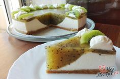 A fresh fruity cake with a lot of whipped cream and kiwi. The cake bottom is made from butter biscui Kiwi Cake, Tangerine Juice, Salty Snacks, Strawberry Cakes, Cheesecake, Food And Drink, Sweets, Smoothie, Ethnic Recipes