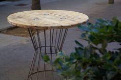 Mesa hecha con madera de bobina recicladaAlto del mueble : 74Diámetro del sobre de madera de bobina reciclada: 88Mesa hecha con madera de bobina reciclada. Estructura de hierro hecha a medida y barnizada para garantizar su protección contra oxido.La madera de esta mesa hecha con bobina reciclada ha sido barnizada con capa incolora para respetar su color y aspecto original, mejorar su conservación y facilitar la limpieza. La altura de la estructura de hierro que sopo...