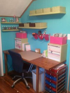 Amy over at Bearpaw Studios  recently updated her crafts room  with a bright and cheery colour scheme and new shelves. I love how everything...