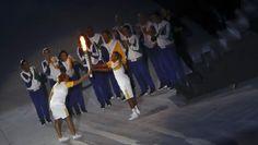 Hortência passa a chama olímpica para Vanderlei Cordeiro de Lima (Foto: Fabrizio Bensch/Reuters)